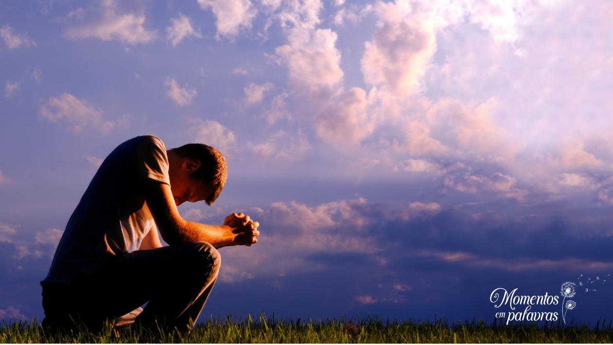 Rapaz de joelho em oração