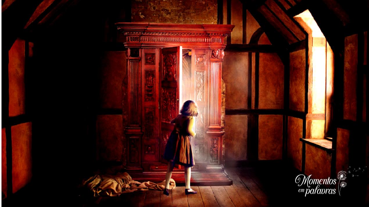 Luci abre a porta para o reino de Nárnia