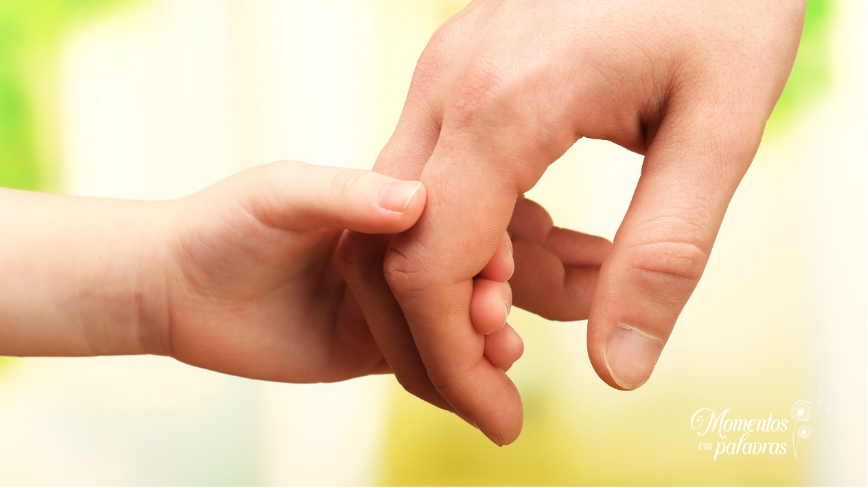 Criança segura a mão do pai e ouve: Não tenha medo!